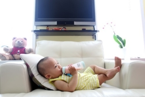 Baby nuckelt an Babyflasche