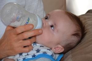 Baby trinkt aus Babyflasche